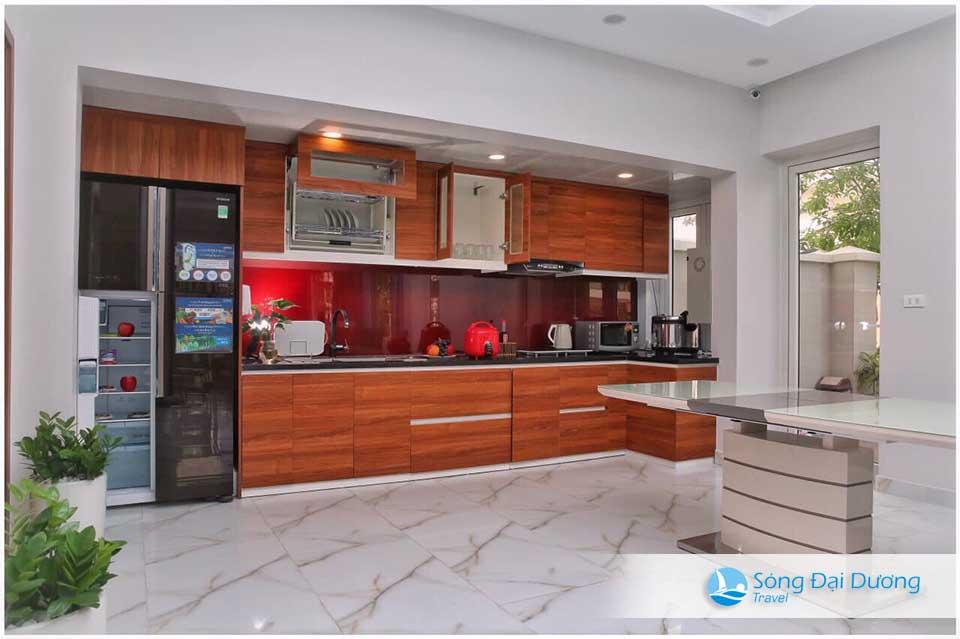 Khu bếp rộng trang bị đầy đủ thiết bị tiện nghi