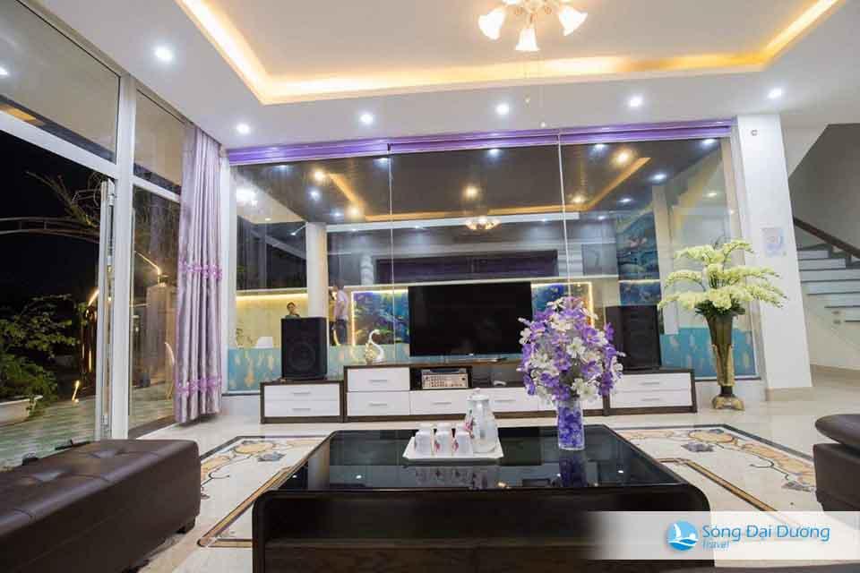 Phòng khách rộng có trang bị karaoke tha hồ hát hò