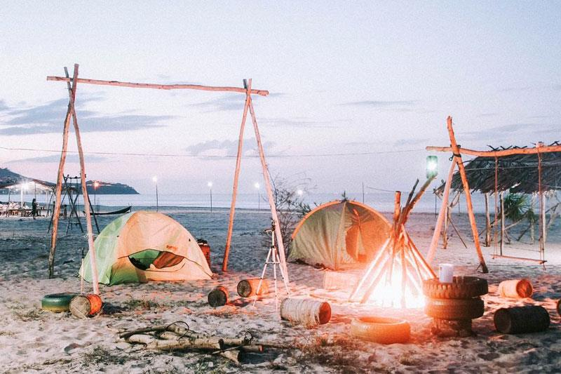 cắm trại ở bãi biển - kinh nghiệm đi biển mùa đông