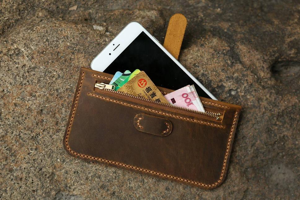 ví tiền và điện thoại - kinh nghiệm đi biển mùa đông